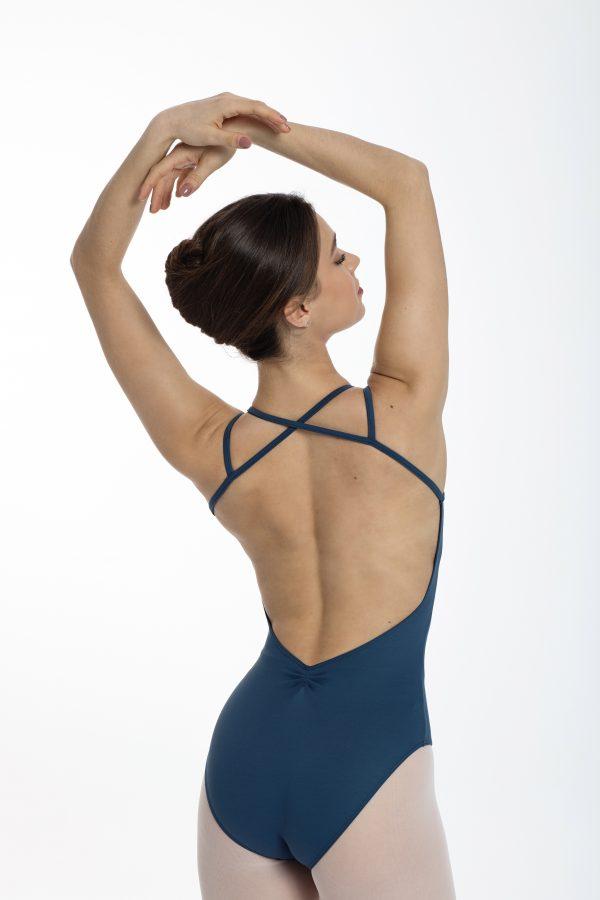 Justaucorps à bretelles fines croisées est mat pour la Danse . Justaucorps fait partie de la catégorie des basiques. Sa coupe simple mettra en avant votre silhouette et vos mouvements. Son originalité se trouve dans le dos, avec son jeu de bretelles croisées. Le dos complètement ouvert et sa pince au niveau bas du dos, vous donnera une allure somptueuse . Agréable à porter, confortable, ce justaucorps est grandement absorbant.