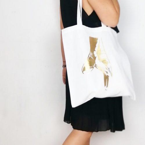 Les Pointes de ballerine, sont le symbole parfait de la danse Classique Ce tote Bag, simple et élégant, est parfait pour les ados/adultes passionnées de Danse. Ce sac, nous transporte dans l'ambiance de noël et dans la féérie du monde de la danse classique! CeTote Bagest en toile de coton. Ses anses sont longues, elles permettent de porter ce sac très facilement à l'épaule. Vous pouvez vous en servir facilement pour aller en cours de danse. Il est aussi très pratique, fin et léger, vous le glisserez très aisément dans votre sac à mai, il sera toujours prêt quand vous irez faire vos courses.