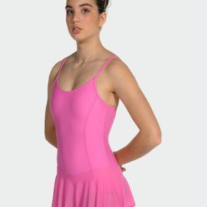 Ce justaucorps avec jupette fait parti de la gamme des essentiels d'une danseuse. Justaucorps à bretelles fines est doublé sur le devant. Sa coupe simple mettra en avant votre silhouette et vos mouvements. Découpes princesse. Son encolure est ronde devant et dos. La jupette intégrée et ton sur ton, elle est en maille. La jupette coupe en cercle est plus longue derrière Agréable à porter, confortable, ce justaucorps est grandement absorbant. Il convient parfaitement aux enfants, ados et adultes. Très bon rapport qualité/prix Les couleurs sont très belles et très lumineuses!