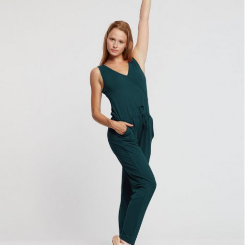 Description: Cette combinaison est idéale pour la pratique de la danse ,le yoga ainsi que pilate .Avec son tissu stretch et sa coupe large cette combinaison vous laissera une grande liberté de mouvement et pratique avec ses poches sur les côtés . Elle a un cordon de serrage a la taille et un lien intérieur en bas des jambes qui vous permettra de pouvoir l ajuster . Composition : 92% Viscose, 8% Elasthanne Couleur: ♥ Forest ♥ Bordeaux ♥ Noir Tailles: XS.S.M,L Le plus: Vous pouvez porter cette combinaison pour toutes les occasions. conseil adc danse : Agrémenter d une belle paire de chaussures a talons vous serez a tomber par terre 😉😉😉