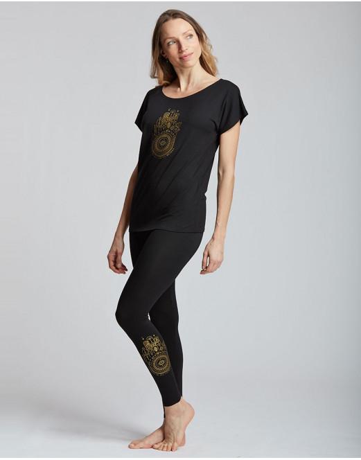 """Description: Idéal pour le yoga et la méditation ou la danse. Ce leggings es parfait pour pratiquer le yoga ,le Pilate ,la danse ou toutes autres activités . Sur le bas de la jambe gauche est floqué le logo ahima en doree Son tissu stretch et doux pour un grand confort. Il mets en valeur le travail des jambes. Composition: 92% Viscose, 8% Elasthanne Couleur: ♥ Blanc ♥ Noir Tailles: XS, S, M, L, Le plus: Ce pantalon est confortable et léger. Il peut être porter en cours de Yoga ,Pilate, danse ou comme à la ville. Idéal: Il est idéal en toutes circonstances. Parfait comme Cadeau de Noël! Idéal pour vos cours de yoga, Pilates ou toutes autres activités ou pour rester a la maison pendant le confinement !!!!! Conseil ADC Danse: """"Vous pouvez le porter avec le tee-shirt ahimsa ou ahimsa"""