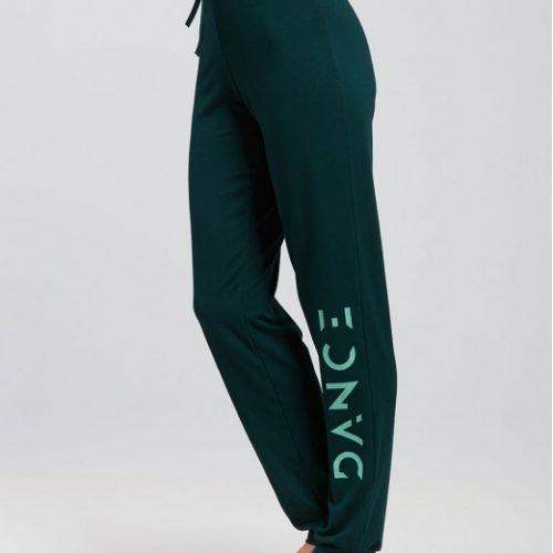 Ce Pantalon a une coupe façon jogging unisexe . Celui ci est Idéal pour tous les types d'échauffement ,pour vos cours de yoga, Pilates ou toutes autres activités . Il possède une coupe ample avec volume flou et extensible pour une aisance parfaite. Sur le long de la jambe gauche est floqué le logo Dance. Il as une ceinture élastique avec cordon de serrage pour un maintient et un confort optimal et resserré en bas pour mettre en valeur le travail des jambes.