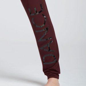 """Description: Ce Pantalon a une coupe façon jogging . Celui ci est Idéal pour tous les types d'échauffement ,pour vos cours de yoga, Pilates ou toutes autres activités . Il possède une coupe ample avec volume flou et extensible pour une aisance parfaite. Sur le long de la jambe droite est floqué le logo Dance façon miroir. Il as une ceinture élastique avec cordon de serrage pour un maintient et un confort optimal et resserré en bas pour mettre en valeur le travail des jambes. Composition : 92% Viscose, 8% Elasthanne Couleur: ♥ Prunus ♥ Noir Tailles: XS, S, M, L, XL Le plus: Ce pantalon est confortable et léger. Il peut être porter en cours de Yoga ou Pilate comme à la ville. Idéal: Il est idéal en toutes circonstances. Parfait comme Cadeau de Noël!Idéal pour tous les types d'échauffement ,pour vos cours de yoga, Pilates ou toutes autres activités ou pour rester a la maison pendant le confinement !!!!! Conseil ADC Danse: """"Vous pouvez le porter avec le tee-shirt agile mirror"""