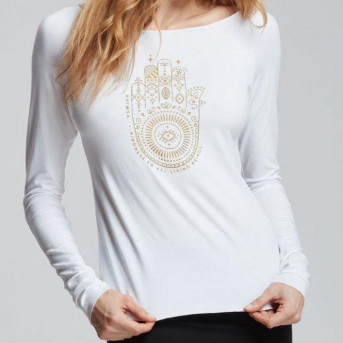 """Description: Ce T-Shirt de Yoga a des manches longues avec une finition bourdon. Sur le devant est floqué un logo """"Ahimsa"""" Ce logo représente la bienveillance ainsi que le respect de la vie sous toutes ses formes pour une meilleure connexion intérieure. Avec sa matière très douce et agréable au toucher grâce a ses fils d' origine naturelle végétale, il sera parfait pour faire vos séances de sport . Son encolure dégagée souligne bien le port de tête. Son tissu stretch sera parfait pour une grande liberté de mouvements. Composition : 92% Viscose, 8% Elasthanne"""
