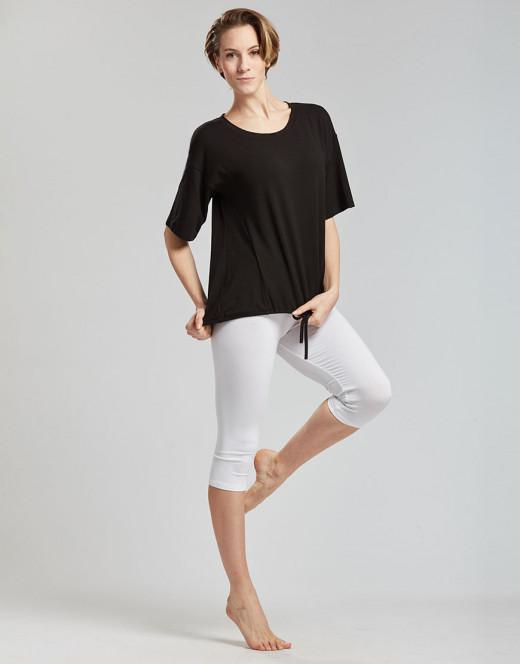 Description: Ce T-shirt es en viscose douce et fluide. Avec ses fils d origine végétale il as un toucher naturel très doux. Son tissu stretch vous laissent une grande liberté de mouvements . Il as une coupe large, resserable dans le bas. Ideal pour le yoga.
