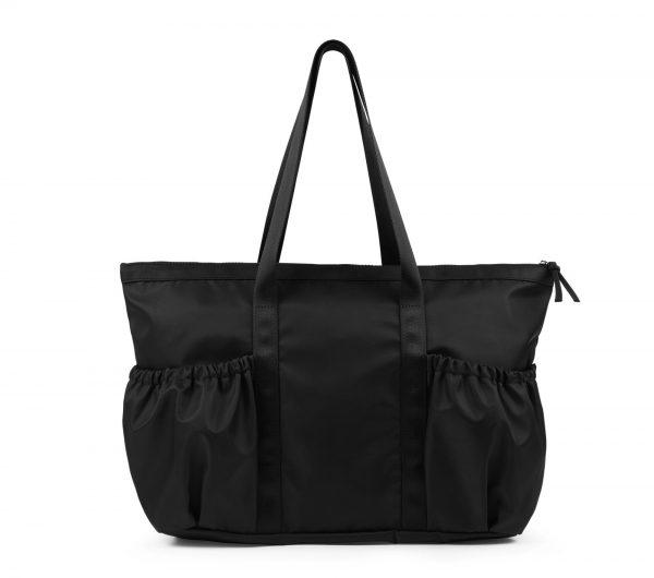 Ce sac se porte à l'épaule. Il est en toile nylon noir. Avec son grand compartiment central et ses deux poches extérieures, il est parfaitement adapté pour vous accompagner à votre cours. Ses poches extérieures froncées, soulignent son coté féminin et rappellent le tutu des danseuses. Ce Sac se ferme par un zip. Logo Repetto est or rose. Ce sac se porte à la ville comme en cours de danse. Idéal comme Cadeau de Noel pour les ados et les adultes!