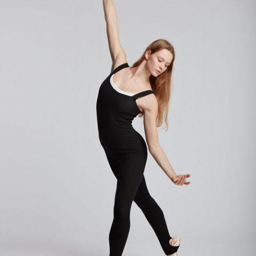 Description: Académiqued'échauffement Coupée ajustée pour mettre en évidence tous les mouvements du corps ,cette combinaison est idéale pour la pratique de la danse comme du yoga ,notamment lors des séances d'échauffement. Ses pieds guêtres vous assurent un maintien optimal tout au long de l'effort. Ses bretelles élargies permettent de l'associer à un justaucorps ou même de la porter avec le haut descendu sur les hanches. Fabriquée en maille joker, cette combinaison allie la douceur de la viscose et la souplesse du polyester stretch pour vous offrir un confort absolu.et conserve votre corps au chaud.  Enfilez-la en un clin d'œil pour vos cours desport ,danse ;yoga ,Pilate ou vos instants cocooning. -Viscose: très solide, toucher doux et naturel Composition :70% Viscose, 30% Polyester élastique Couleur: ♥ Noir Tailles: XS.S.M Le plus: Vous pouvez porter cette combinaison de chauffe pendant la période de confinement hivernale ! conseil adc danse : Pour la danse ,le yoga, le Pilates ou vos soirées télé 😉😉😉