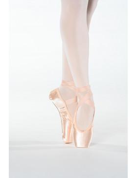 La pointe Margot de la marque Dansez-vous? est révolutionnaire. Elle est extrêmement bien pensée, réfléchie et conçue. Tout d'abord, elle possède une plateforme large, plate et perpendiculaire à la semelle. Cela permet d'être immédiatement implanté sur la pointe, bien ancré dans le sol et donc un meilleurs équilibre. De plus, sa semelle révolutionnaire est entièrement composée de cuir et est préformée. Cette semelle permet de vraiment travailler le déroulé du pied. Les muscles profonds du pied vont pouvoir alors se renfoncer et votre coup de pied va être plus développé. La technique d'apprentissage du passage par la demi-pointe va plus métrisée. Nous recommandons cette pointe pour les débutantes. Toutefois, une élève pourra conserver le même modèle sur deux années consécutives avant de passer la une rigidité supérieure.