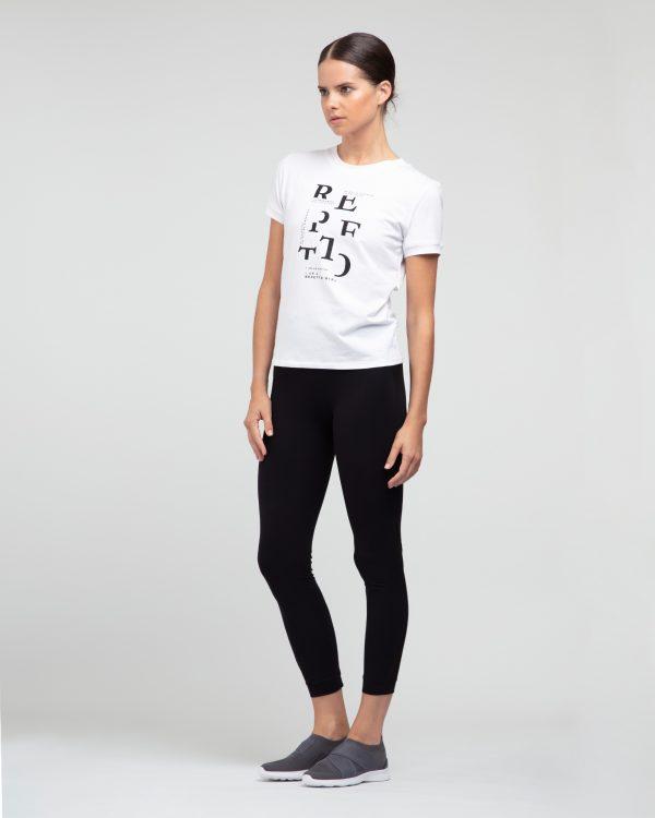 T-shirt célèbre toutes les Repetto girls. Singulières, passionnées, imparfaites, modernes, parfois contradictoires, elles ont un point commun : une âme d'artiste, chacune à leur manière. T-shirt manches courtes possède une encolure arrondie. Sur le devant se trouve un transfert noir.