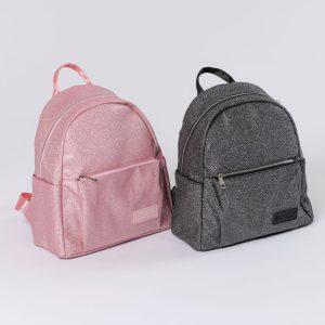 Sac à dos en glitter pour enfant. Ce sac à dos de petite taille est en polyester à paillettes. Il s'adaptera parfaitement à la morphologie d'une petite fille. Ce Sac de Sport, possède un réservoir central et une petit pochette sur le devant. Les bretelles sont réglables. Sa matière en paillettes fera rêver les jeunes demoiselles! Ce sac à dos est facile à porter même par les plus petits, que ce soit pour aller à l'école, en cours de danse ou même lors d'une balade! parfait pour un Cadeau de Noel