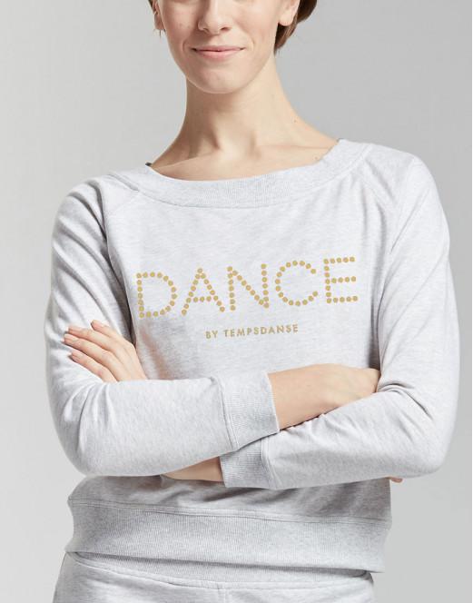 Ce Sweat de Danse en Molleton version été est léger et agréable à porter. Ce Sweat estIdéal pour tous les types d'échauffement ou pour les sorties de cours de danse. Il possède une coupe ample pour une aisance parfaite. Son grand décolleté rond permet de mettre en avant le port de tête. Sur le milieu de devant est floqué le logo réfléchissant DANCE.