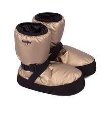 Boots ou bottes d'échauffement pour les danseuses. Grâce à une forme optimisée, Ces bottes d'échauffement peuvent être mises directement par dessus les demi-pointes ou les pointes, mais également pieds nus. Sa forme optimisée permettre de monter facilement sur pointes. De gros rubans élastiques sont attachés autour du talon et de la cheville pour garder les pieds au chaud et surtout bien maintenus.
