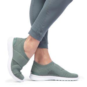 Nos Dance Sneakers affirment l'identité sport de la Maison Repetto. Réalisées dans une maille tricotée à partir de fibresrecyclées, elles épousent la forme du pied comme une seconde peau et s'enfilent telle une chaussette pour un confort optimal. La semelle en gomme est extrêmement souple et légère. Des sneakers ultra-légères qui ont une forme slip-on en maille tricotée stretch. Une bande élastiquée sur le dessus du pied.