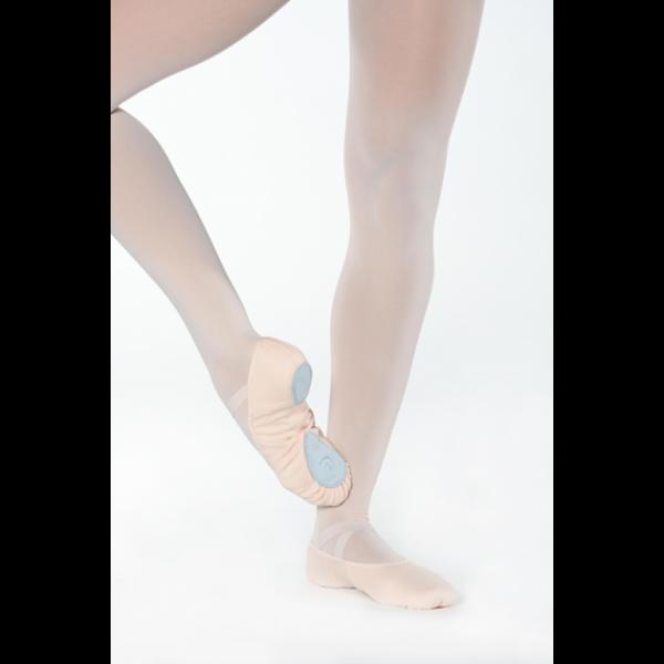 Ces Demi-pointes en toile stretch dans deux directions. Elles sont bi-semelles nubuck. Elles ont un biais élastiqué pour un meilleur maintient Les élastiques cousus en croix permettent de garder le chausson bien en place sur le coup de pied. Elles sont confortable et résistante. Ces demi-pointes ont un excellent rapport qualité/prix. Grace a sa structure et son élasticité vous pouvez les commander un petit peu plus grande pour que vous puissiez les garder plus longtemps. Elles grandiront et s'adapteront aux pieds au fur et à mesure.