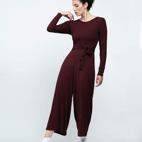 Cobininaison de danse ou de ville est en 7/8. Elle possède des manches longues, est cache-coeur dans le dos.nouvelle collection Repetto.