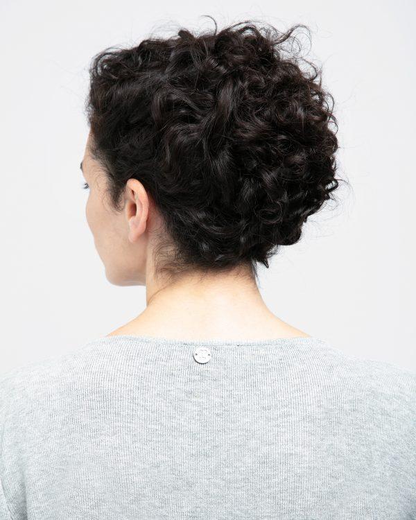 Ce Pull / Cache-coeur est un iconique de la Maison Repetto. Confectionné dans une maille douce et fluide, il constitue une pièce chaude et confortable, à nouer selon ses envies. Pull manches longues, qui peut se nouer à la taille. Petite médaille métallique dans le dos portant le logo R. de la maison Repetto.