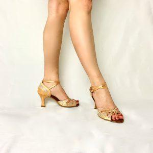 Ces chaussures de Danses Latines pour femme sont de très haute qualité. Elles ont été faites par en Italie, par des maitres artisans de la Maison Lidmag. Nous collaborons étroitement avec ce fabricant depuis quatre ans. Tous les modèles que nous proposons sont uniques. La paire de chaussures présentée ici possède une semelle à mémoire de formes. Elle apporte un grand confort. Les points d'appuis et de pression sont alors, répartis sur tout le pied.