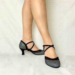 Ces escarpins à talon bobine sont à bout fermé et ouvert sur le dessus du pied. L'avant du pied est en hologramme avec des reflets multicolore. Ces chaussures possèdent une découpe en résille en forme de vagues. Elle permet de faire apparaître la naissance du pied. Cette paire maintien très bien le pied grâce au biais croisé en nubuck qui plaque bien le pied dans la chaussure.