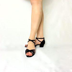 Ces chaussures de Danses de Salon pour femme sont des entrées de gamme. La paire de chaussures présentée ici possède une semelle intérieure avec technologie grand confort. La forme de ces sandales, est simple et élégante. Ces sandales sont en satin noir. Elles possèdent des lanières noires qui sont croisées sur l'avant du pied. Parfaites pour un pied fin.