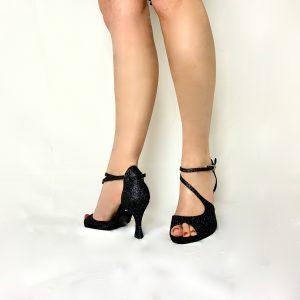 Ces sandales à bout ouvert possède un tissu pailleté noir. Cette paire, à bout ouvert possède une jolie découpe sur le dessus du pied en forme de S permettant un bon maintien dans la chaussure. La position des lacets permettent d'embellir la cheville.