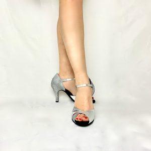 Ces sandales bi-matière à bout ouvert avec matière principale résille argenté avec un imprimé de petit pois en velours. Ces chaussures de danse ont une découpe design qui donne un coté moderne et vintage. Cette paire, à bout ouvert possède une jolie découpe sur le dessus du pied et des lanières en lurex.