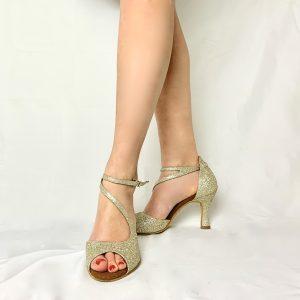 Ces sandales à bout ouvert possède un tissu pailleté doré. Cette paire, à bout ouvert possède une jolie découpe sur le dessus du pied en forme de S permettant un bon maintien dans la chaussure. La position des lacets permettent d'embellir la cheville.