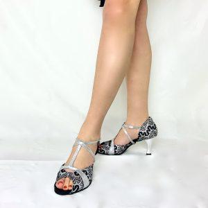 Ces sandales bi-matière à bout ouvert possède une magnifique dentelle noire parsemé de petits strass avec fond argenté. Ces chaussures de danse ont une découpe et une salomé qui maintien bien le pied en glitter argenté. Cette paire, à bout ouvert possède un très beau talon bobine en métal argenté.