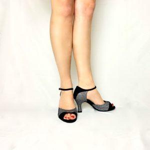 Ces sandales à talon bobine sont à bout ouvert et en nubuck noir avec de l'hologramme argenté quadriller avec des paillettes aux reflets multicolore. Cette paire, à bout ouvert possède une découpe sur le devant permettant de voir la naissance des oreilles. La paire de chaussures présentée ici possède une semelle à semi mémoire de formes rigide mais souple. Elle apporte un grand confort. Les points d'appuis et de pression sont alors, répartis sur tout le pied.