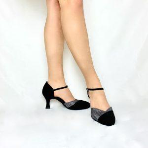 Ces escarpins en bi-matière sont en nubuck noir et hologram. Ils possèdent un talon bobine, sont à bout fermé et ouvert sur le dessus du pied. L'avant du pied a une découpe stylisée en hologramme quadrillé avec des paillettes aux reflets multicolore. Sa coupe nubuck en diagonal ainsi que sa découpe en V sur le devant du pied permet de faire apparaître la naissance du pied et le mettre en avant.