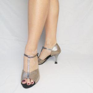 Elles sont de couleur nude et illuminées par de fins filaments argentés. La Salomé est en glitter CDF (argent sombre), elle est également assortie au talon de même couleur.  Malgré, cette légère brillance, cette paire de chaussures reste discrète. Elle s'accordera très facilement avec toutes vos tenues!