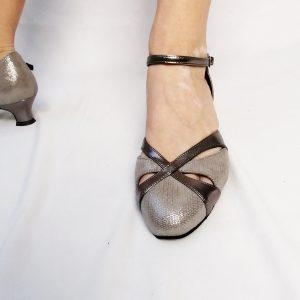"""La forme de ces sandales, est classique et élégante. Ces sandales sont en cuir bronze bi-matières. Elles possèdent des bouts fermés et des découpes formant des goutes sur l'avant du pied. Le Talon bobine est de 4,5 cm. Il est large et donc très stable. Pour un enfilage rapide, prérégler la longueur de la lanière et clipsez la pression. L'avantage de la couleur """"bronze"""", c'est quelle s'accorde avec toutes vos tenues."""