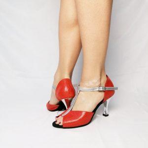 Sa forme simple et élégante est idéal pour les pieds larges. Elles sont de couleur Corail et illuminées par de fins filaments rouges. La Salomé est en glitter Argent, elle est également assortie au talon de même couleur. Malgré, cette légère brillance, cette paire de chaussures reste discrète. Elle s'accordera très facilement avec un Jean's ou une tenue noire.