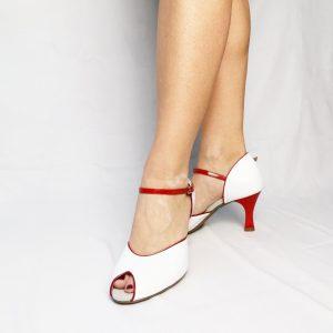 Sa forme simple et élégante est idéal pour les pieds fins à très fins. Elles sont de couleur Blanche avec un liseré en vernis rouge. Sa forme vintage donne un coté pin-up tendance. Son talon ainsi que sa lanière sont rouge vernis.
