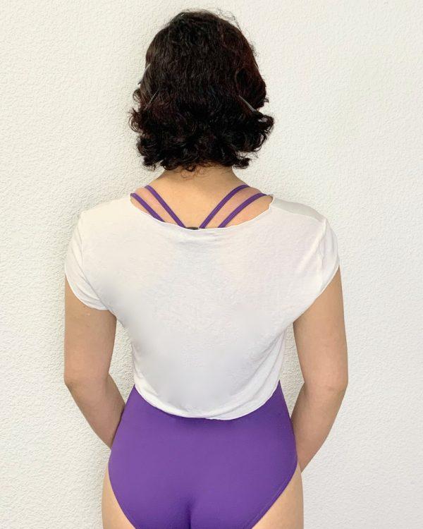 Boléropour la danse Ce petit boléro blanc est très léger. Il est confortable et permet une grande liberté de mouvements. Il se porte avant et après chaque cours de danse , pendant l' échauffement à la barre et même pendant les cours de barre à terre .