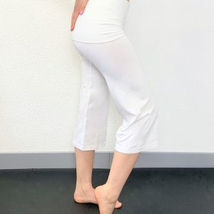Ce Pantalon a une coupe 3/4 droite . Celui ci est Idéal pour tous les types d'échauffement ,pour vos cours de yoga, Pilates ou toutes autres activités . Il possède une coupe ample avec volume flou et extensible pour une aisance parfaite. Il a une ceinture élastique pour un maintient et un confort optimal. Ce pantalon possède un rabat sur les hanches.