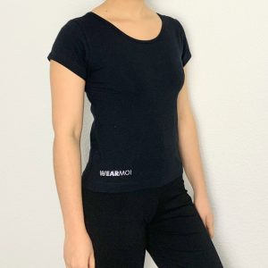 """Ce t-shirt fait parti de la collection NOSCA de chez Wear-Moi. Le t-shirt possède des manches courtes. En bas à gauche, se trouve le petit logo Wear-Moi inscrit avec des petits strass argentés. Le """"WEAR"""" possède deux rangées de strass et le """"MOI"""" a une rangée de strass."""