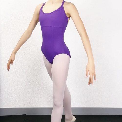 Description: Ce justaucorps de danse a 2 bretelles de chaque coté qui se croisent dans le milieu du haut du dos. L'encolure de devant est ronde. Sa matière et sa coupe parfaitemettront votre alignement postural en valeur. Agréable à porter, confortable, ce justaucorps est grandement absorbant. Ce justaucorps est doublé sur la partie avant. Le dos a une coupe en ovale Composition : 88% Nylon 12% Spandex Couleur: ♥ Violet Tailles: XS, S, M Idéal: Pour Les ados comme les adultes qui font de la Danse Classique, Jazz et même la Danse de Salon Articles non-remboursable ou échangeable !