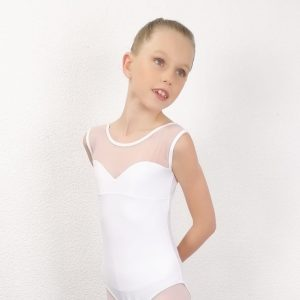 Cejustaucorps est bi-matières. Il possède une encolure cœur sur la poitrine, la mettant en valeur. Celle-ci est soulignée pas une résille sur la gorge formant des bretelles large. Ce Justaucorps est en lycra mate. La fabrication de cette tenue estFrançaise, ce modèle a été créé par la marqueDegas Il convient parfaitement pour les concours de danse classique.