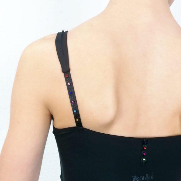 Description: Ce justaucorps de danse à bretelles a la particularité d'avoir des strass de différentes couleurs sur les bretelles. Au niveau de l'épaule, la bretelle se dédouble pour apporter un meilleur confort. L'encolure de devant est ronde. Sa matière et sa coupe parfaitemettront votre alignement postural en valeur. Agréable à porter, confortable, ce justaucorps est grandement absorbant. Ce justaucorps est doublé sur la partie avant. Le dos a une coupe droit et au milieu se trouve 4 petits strass de couleurs marine, rouge, fuschia et vert. Les strass apporte un côté sophistiqué et discret à la fois. Composition : 88% Polyamide 12% Elasthanne Couleur: ♥ Noir Tailles: XS, S, M Idéal: Pour Les ados comme les adultes qui font de la Danse Classique, Jazz et même la Danse de Salon Articles non-remboursable ou échangeable !