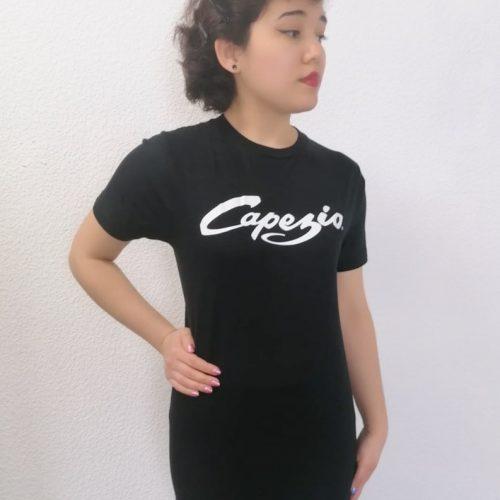 Ce t-shirt noir à manches courtes est en 100% coton. Ce haut possède une encolure arrondie. Sa Matière est très agréable et confortable. Elle est aussi anti-transpirante. Ce Haut peut se porter pour toutes activées sportives Sur la partie haute du t-shirt, se trouve le logo Capezzio floqué en blanc.