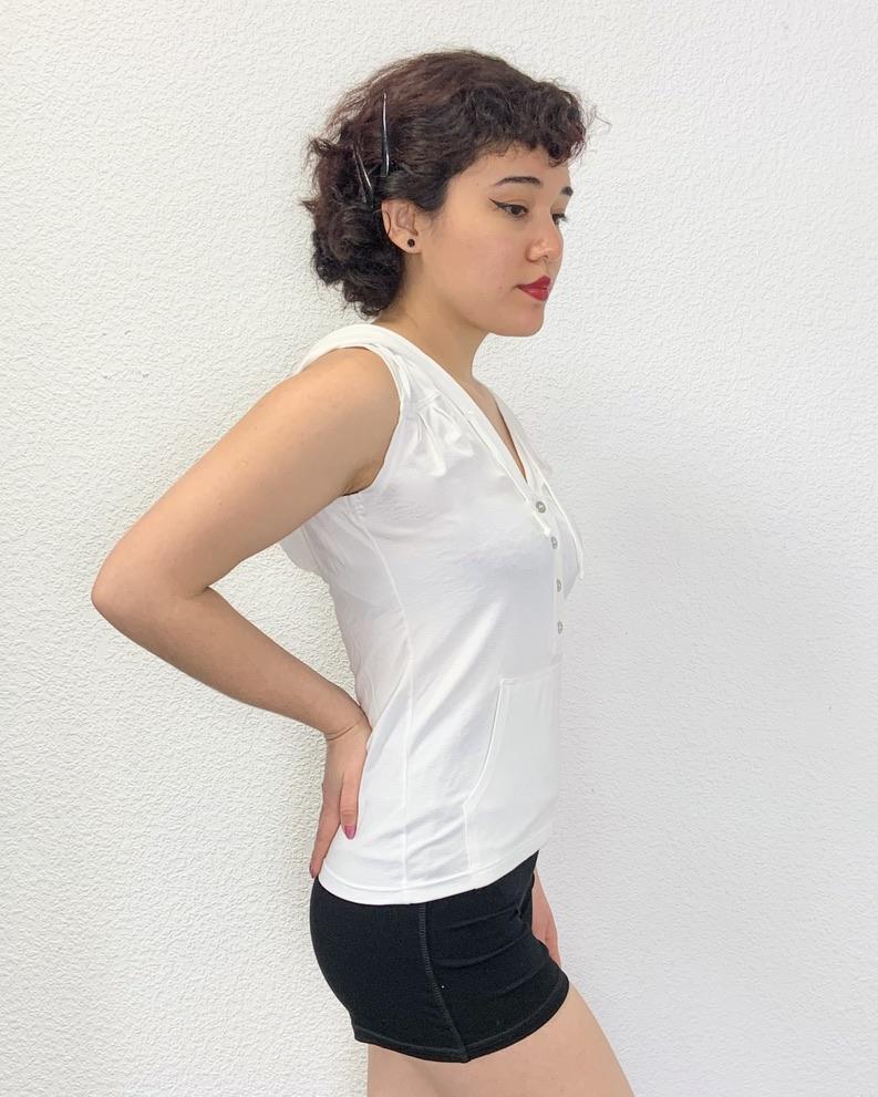 Top pour la danse ou Yoga /Pilates Ce top blanc sans manches est en viscose. Ce haut possède une encolure en V. Sa Matière est très agréable et confortable. Elle est aussi anti-transpirante. Ce Haut peut se porter pour toutes activées sportives