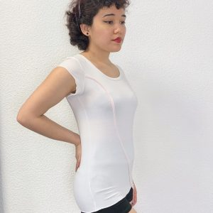 Ce T-shirt blanc à manches courtes possède un liseret rose clair. Le liseret est positionné de manière asymétrique. Il part en haut à gauche du t-shirt pour finir en bas à droite. Sous le liseret rose se trouve une inscription avec le nom de la marque Sheddo en gris clair. Ce t-shirt convient aux ados / adultes.