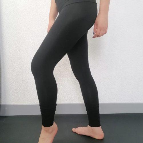 Idéal pour le yoga et la méditation ou la danse. Ce leggings est parfait pour la pratique du Yoga, Pilates ou la danse. Il possède un rabat sur les hanches pour un meilleur maintien et confort. En bas de la jambe se trouve un petit retroussement avec un élastique qui met en valeur les chevilles. Son tissu stretch et doux pour un grand confort. Il mets en valeur le travail des jambes.