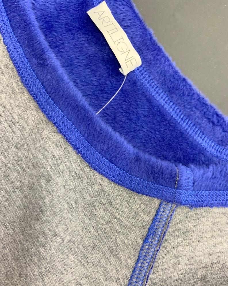 Ce Pull très doux est une pièce chaude et confortable. Pull manches longues, réversible peut se porter dans un sens ou dans l'autre selon vos envies. Le logo Artiligne est positionné en bas à droite du pull. Ce pull peut se porter chez soit comme à l'extérieur ou bien pour un échauffement.