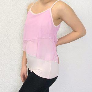 débardeur femmeà fines bretelles possède par dessus, 2 voiles rose clair. Les voiles sont positionné de manière asymétrique. Le logo Sheddo est inscrit en petit en bas à droit du débardeur. Coupe arrondie sur l'avant et l'arrière, la forme originale se prête à tous types de danse, yoga... Sa matière en viscose rend se top très agréable à porter également au quotidien.