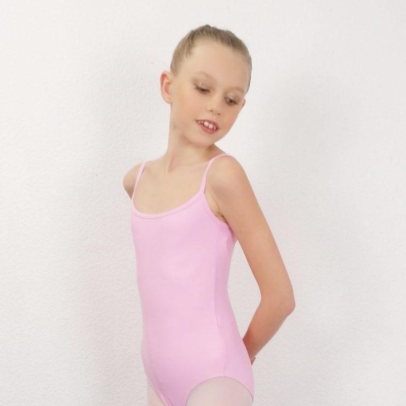 Ce justaucorpsfait parti de la gamme des essentiels d'une danseuse. C'est un modèle basic. Justaucorps à bretelles fines est doublé sur le devant. Le décolleté dos forme un V. Il convient parfaitement aux enfants pour leurs cours de danse. Ce justaucorps, de la marque WearMoi, est idéal pour les concours.