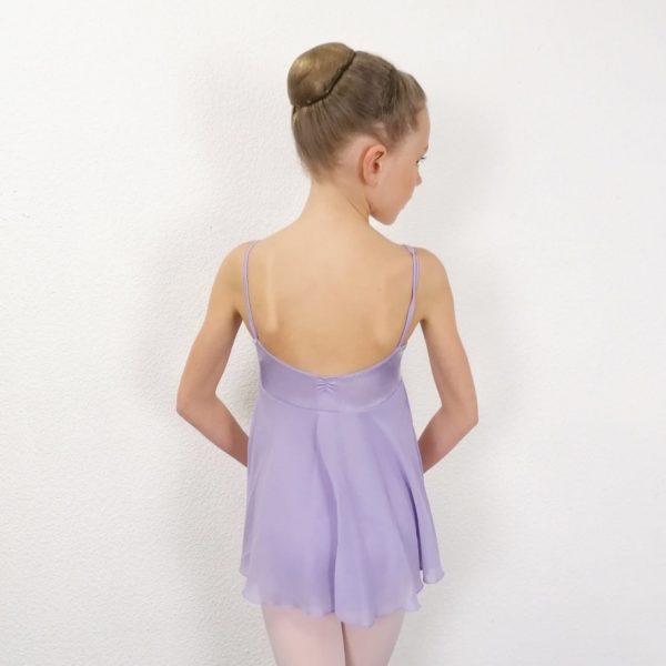Cette Tunique en lycra brillant parme avec une jupette sous poitrine est très originale . Elle se compose d'un Justaucorps à bretelles fines. Garce à une fronce le décolleté devant et dos sont en V. Le Justaucorps est doublé devant. La Jupette légère et fluide, apporte de l'amplitude à vos mouvements. Afin d'allonger la silhouette, elle est insérée dans la couture sous-poitrine. Il convient parfaitement aux enfants pour leurs cours de danse. Ce justaucorps, de la marque Bloch , est idéal pour les cours de néo-classique ou contemporain.