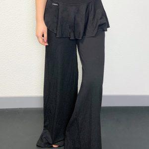 Ce Pantalon a une coupe large avec une petite jupette. Celui ci est Idéal pour tous les types d'échauffement ,pour vos cours de Danse, Yoga et Pillates. Il possède une coupe ample extensible pour une aisance parfaite. Sa jupette apporte une touche d'élégance au pantalon. Sur le côté gauche de la jupe, il y a une petite ouverture pour facilité tout mouvement, avec le logo inscrit. Il as une ceinture élastique pour un maintient et un confort optimal.