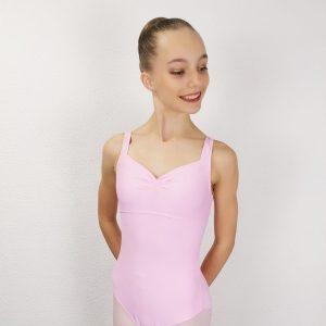 Justaucorps de danse essentiel à bretelles. L'encolure de devant est en coeur grâce à une pince au niveau de la poitrine.