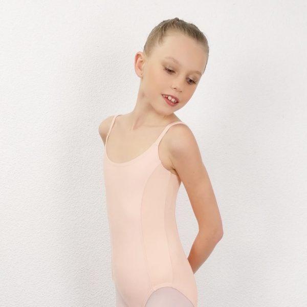 """Ce justaucorpsfait parti de la gamme des essentiels d'une danseuse. C'est un modèle basic. Justaucorps à bretelles fines est doublé sur le devant. Il possède des découpes """"princesse"""". C'est ainsi que des empiècements en matière côtelée ont pu être inséré sur les cotés. Le décolleté dos est droit. Il convient parfaitement aux enfants pour leurs cours de danse. Ce justaucorps, de la marque WearMoi, est idéal pour les concours."""